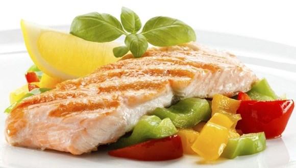 Жареный лосось с овощами и беконом