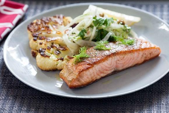 Жареный лосось с цветной капустой