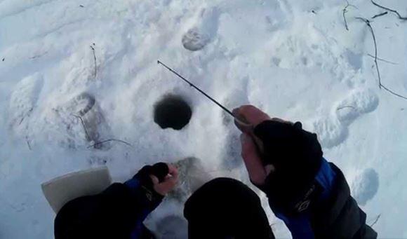 ловля рыбы подо льдом