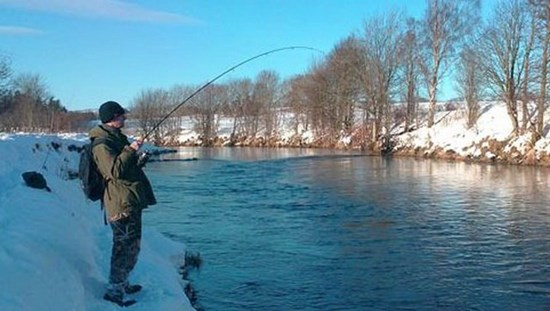 ловля на зимней реке